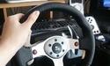 Gamer speelt Counter Strike met Logitech G25-stuurwiel