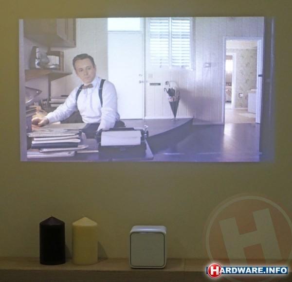de effectiviteit van de short throw techniek is indrukwekkend de projector staat bijna pal tegen de muur maar het beeld wordt keurig recht getoond