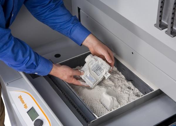 45e291655d9fec Zodra een product uit een 3D-printer die werkt met poeder komt, moet het  nog afgestoft worden.