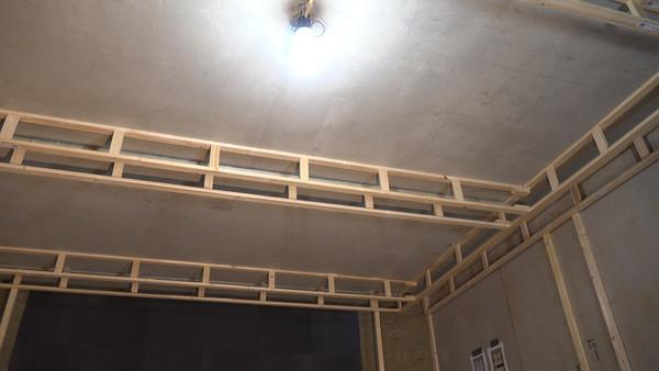 ... die met lijm en slagpluggen aan het betonnen plafond bevestigd worden