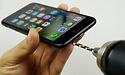 Gebruiker verwerkt hoofdtelefoonpoort in iPhone 7 - deze keer lukt het wel!